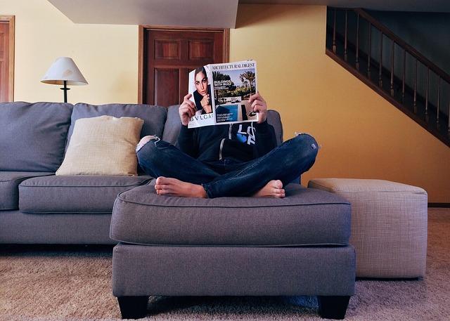 čtenář na gauči
