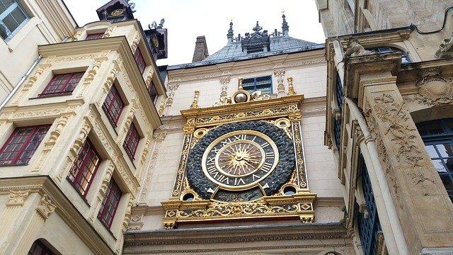 hodiny na budově