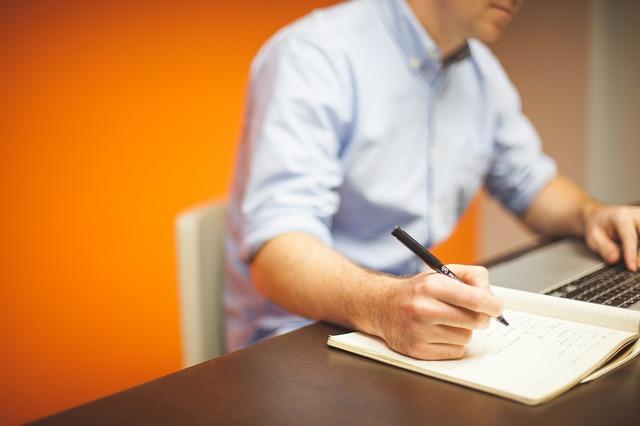 muž, tužka, zápisky
