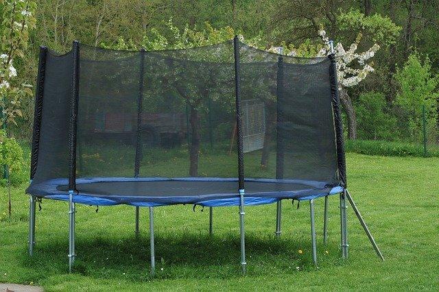 trampolína v zahradě.jpg
