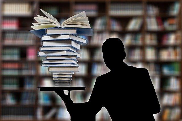knihy na podnosu