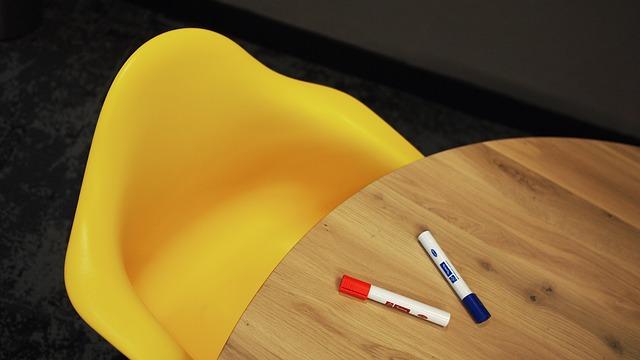 moderní nepohodlná plastová židle.jpg