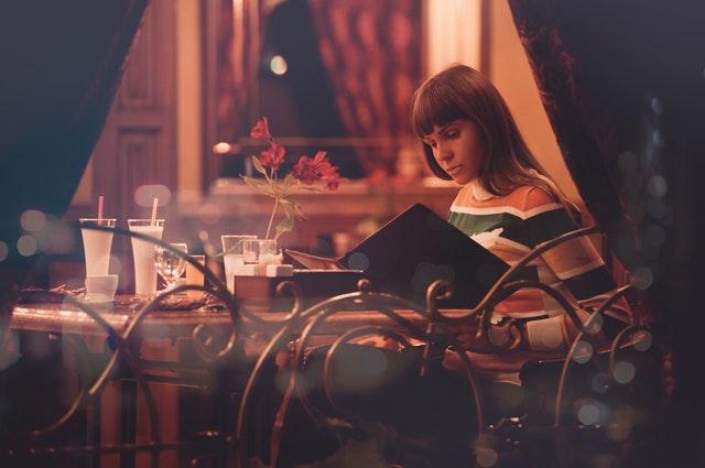 Žena vybírající pokrm v restauraci
